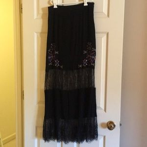 Beautiful skirt with lace and embroidered pattern